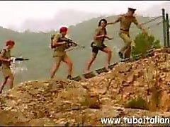 Terríveis maltrapilhos italianos com growlers incomparáveis obtê-lo com alguns soldados