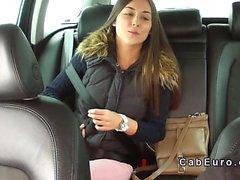 Hermosa adolescente de golpeó en el un taxi falso en publico