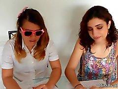 School Girls Beijando tabu