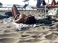 Сексуальные итальянская Milfs с обнаженной грудью для загара
