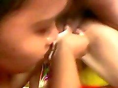 Два филипина девочки дают минет