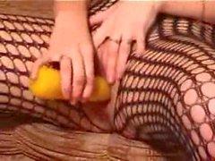 Slut rossa in Fishnet masturba con il dildo e tette naturali per Lamiatipa