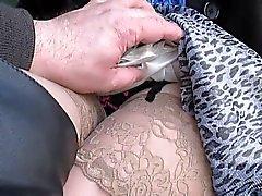 Lampeggiare e toccante le sue calze piani di servizio in un bus