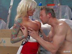Dövme yaptırmış busty ve sarışın MILF Erik Everhard sabit çivilenmiş alır