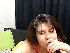 Provocante fille brune exhibant ses gros seins pour t