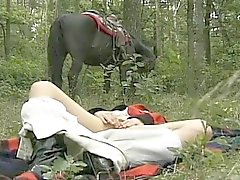 geile Weib in forest In threesome
