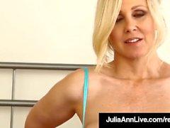 Busty Cougar Julia Ann In Bras Bragas y medias para usted!