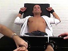 Javi ruft geschnallt Stuhl zum ersten Mal zu kitzeln