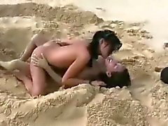 Amia en Tanner - Cute tieners plezier op een naakt strand