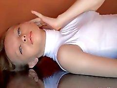 Kleine titted dunne meisje wrijven clig