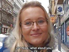 Slut di strada ceco Alena spoglia per contanti