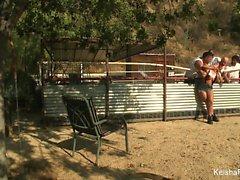 Sexy maatila girl Keisha harmaat maidot viidestä kukot