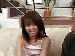 Asiático adolescente tímido fica seios pequenos medidos em close- up