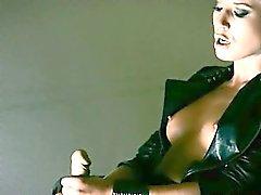 Modèle mystérieuses masturbates avec gode ceinture