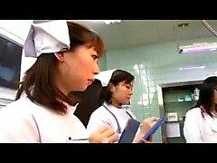 médicos orientales traviesas que trabajan sus hábiles manos en una