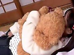 Innocentius nuori aasialainen halaa teddykarhu kun hankimme hänelle