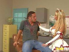 Amazing Nikki Benz lukemattomiin hankausta siemennesteen rinnat