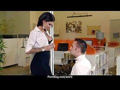 Assistente de escritório mostra seu chefe sua flexibilidade 25