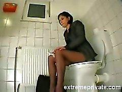 Mijn zus Amanda cumming op de wc-bril