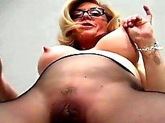 Skinny girl flaunts poilu snatch et les pieds en collants fantaisie