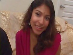 Schattige Indiase tiener rijdt een pik diep in haar mond