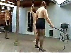 Um cara Obtém um Whiping de uma senhora quente .