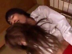 prostituta asiática que faz boquete em orgia grupo