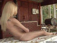 Horny kinky blonde pounding gâteau avec son shecock