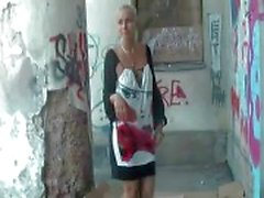 Söpö Cristie paljastaen hänen tissit ja pillua julkisia