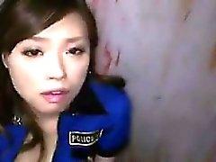 Reizvolles asiatische Gefängnis Dienst schluckt Sperma