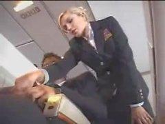 Air Stewardess hilft bei Masturbation auf dem Flug