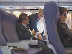 La azafata de aire ayuda a la masturbación en el vuelo