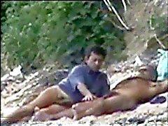 Gay sorpreso ad playng sulla spiaggia di nude