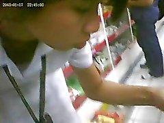 Boso voyeur tiener meisje upskirt op een drogisterij
