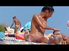 Chicos nudistas en la playa