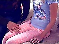 Teenie minúscula Piper de Perri aparafusado no sofá que