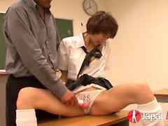 Akina Hara recibe una lección de orgasmos y la clase es