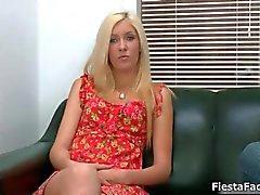 Schattig blond meisje komt binnen voor haar eerste