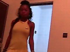 Alegre da adolescentes africano enxada encher a sua boca com abraço brancos pau