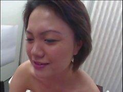 Senhora japonesa com cabides agradáveis
