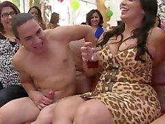 Bday partygirls nauttimassa kuorintapihdit hana