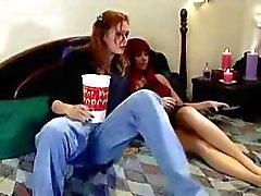 Горячие lezzie изгибы ей рыжий лесбиянки друг котенка на низком и действительно ее ремнем - по
