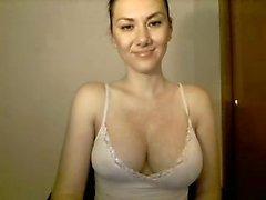 Nasty babe Ashley Taylor visar upp sina naturliga stora bröst