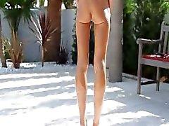 Super flexi mager tjej kissar utomhus