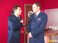 Два офицера добраться пользоваться белокурую милашка