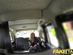 Taxi Faux Hot Babe en talons avec gros seins naturels