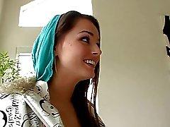 Söt brunette teen har MELLAN kön