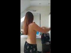 Скрытая камера: восхитительный танец в ванной комнате