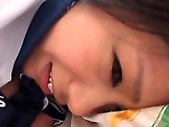 Adolescente recebe faciais após ser batido rígido no vaginal