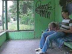 La prima il sesso da giardino sulla stazione degli autobus